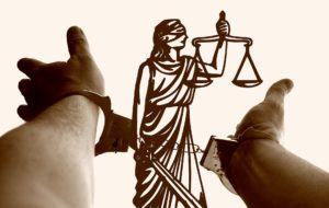 Justizia ist die Symbolfigur für ein faires Verfahren. Die Waagschalen sollen objektiv das Recht messen.